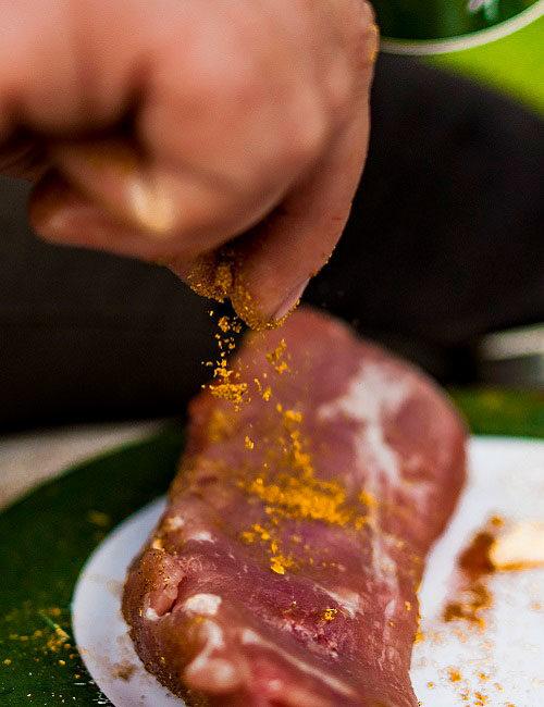 Ein Stück Fleisch richtig würzen und marinieren bei einem Kochkurs mit Green Guiding
